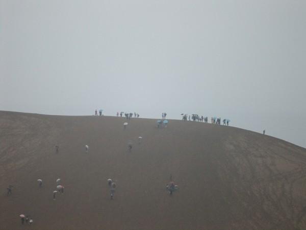 二日目は鳥取砂丘。小雨の中、裸足になって歩きました。絶景でした。とても清々しかったです。