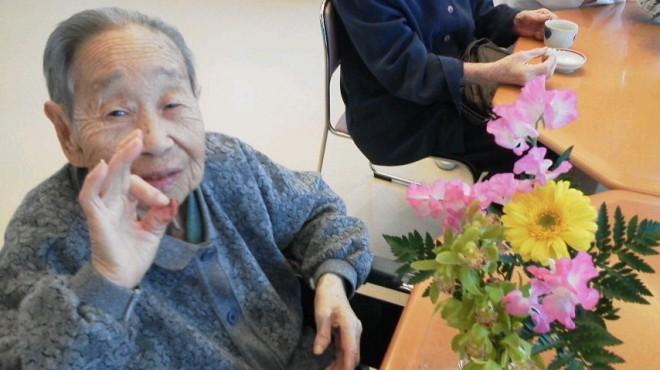 お花を先生に習い、生けることが出来ました。とても綺麗でみなさんの表情も素敵でした。