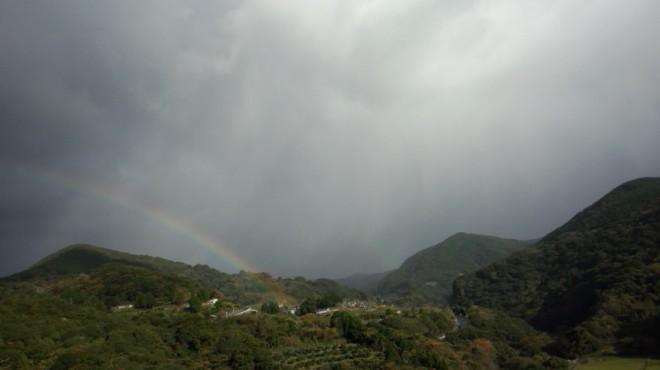 昨日、雨上がりの15時前、施設裏手の山側に、きれいな虹がかかっていました。