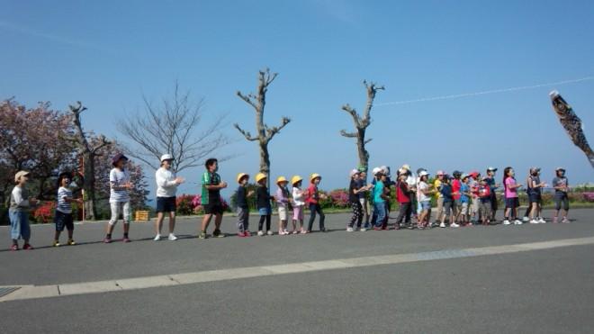 神浦小学校の皆さんが歓迎遠足の途中に椿ヶ丘荘に挨拶に来てくれました!