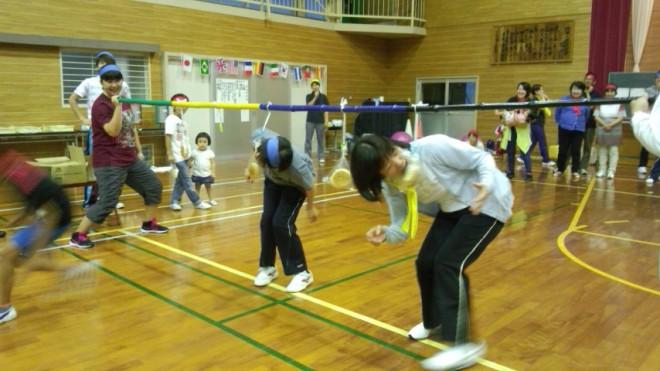 昨日の夜、小学校の体育館をお借りして第2回椿ヶ丘荘職員運動会を行いました。大玉ころがし・玉入れ・パン食い競走・障害物競争・色別年齢別リレーと盛り上がりました!!